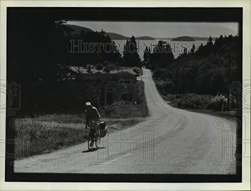 Historic Images - 1982 Press Photo A Tourist Cycling on San Juan Islands